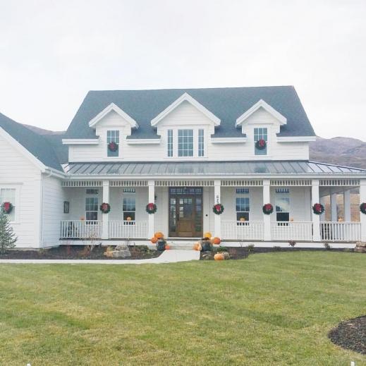 Home Exterior Farmhouse Design Ideas: Modern 4 Bedroom Farmhouse Plan